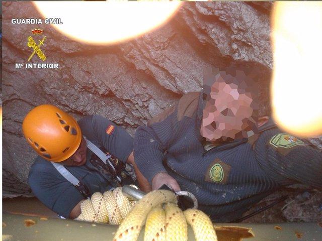 Rescate del agente forestal accidentado en un barranco de La Yecla.