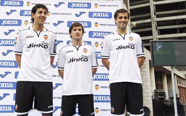 Parejo, Piatti Y Jonas, Con La Nueva Camiseta Del Valencia
