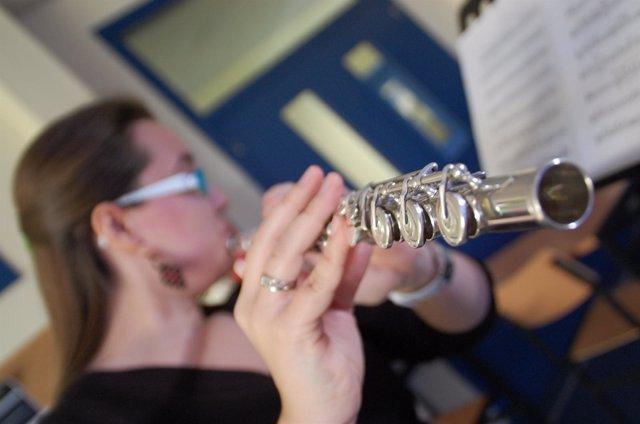 Señora Tocando Una Flauta Travesera
