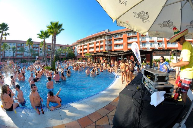 Fiesta en la piscina del Barceló de Isla Cristina del Festival del South Pop