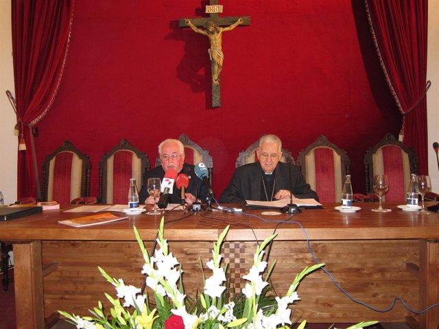 Agustín Hevia, y el Obispo de León, Julián López.