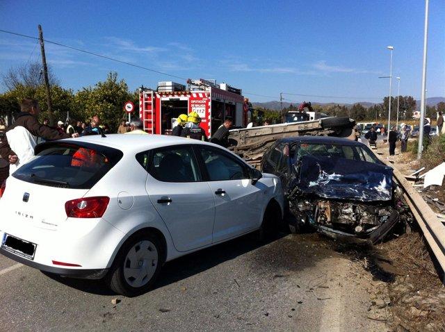 Accidente De Tráfico En La Carretera A-7057 De Cártama (Málaga) Con Tres Coches