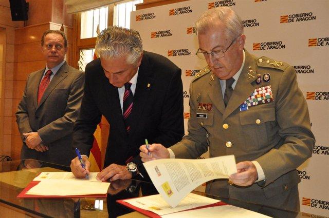Firma del convenio entre Gobierno de Aragón y la UME