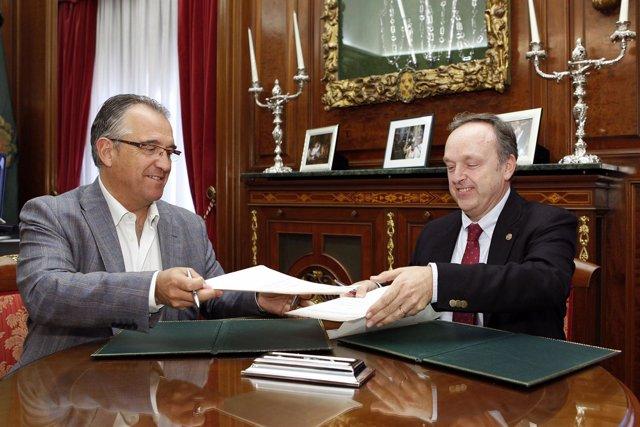 Enrique Maya y Alfredo Irujo en la firma del convenio.