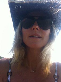 Heidi Klum son sombrero de paja y gafas de sol