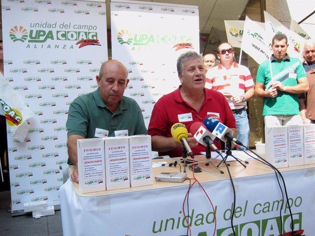 Aurelio Pérez y Julio López, durante la rueda de prensa en plena calle.