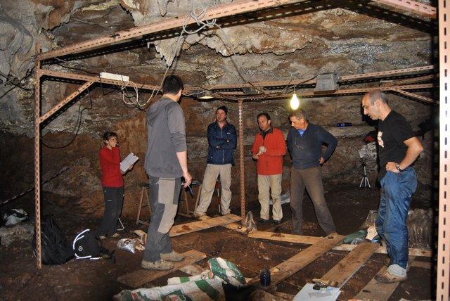 Arqueólogos De La UNED En La Cueva De Coimbre.