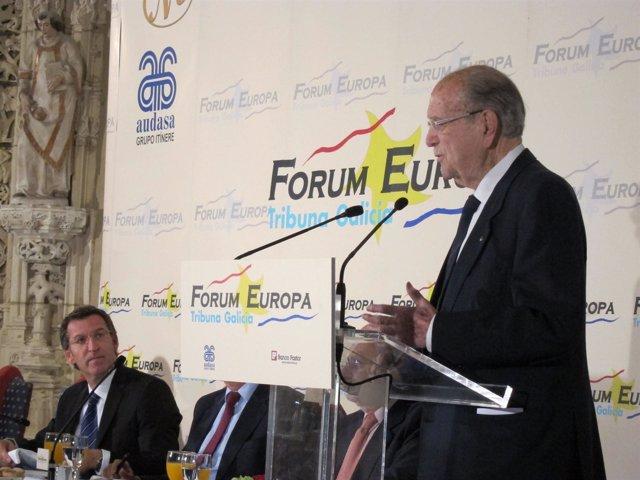 Feijóo escucha la intervención de Fernández Albor