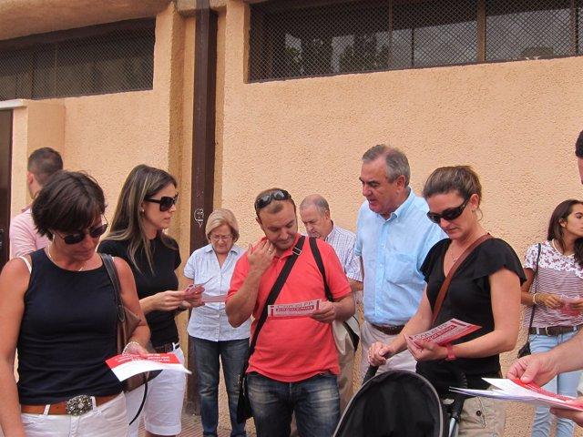 Tovar le habla de los recortes a varios padres de alumnos del CEIP María Maroto