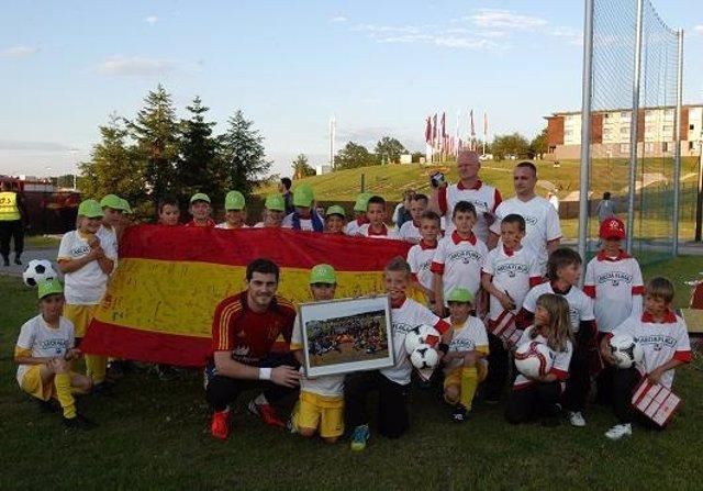 Casillas Visita La Escuela De Fútbol De Gniewino