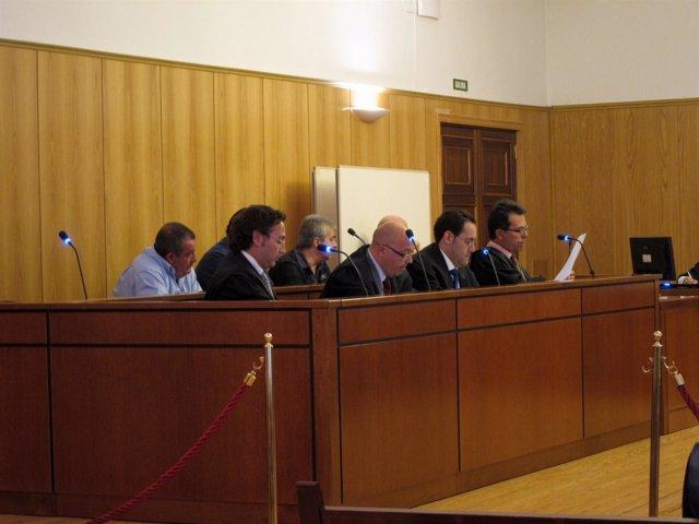 Los abogados, en primera fila, y tras ellos los acusados.