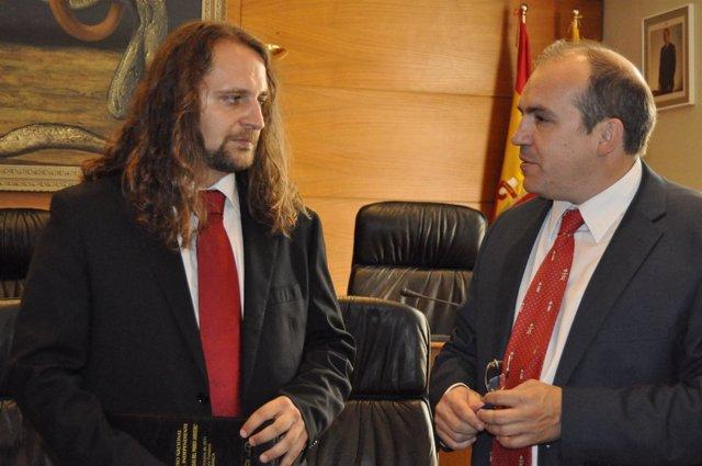 El juez Iván Oliver y el diputado del PP Fernando González.
