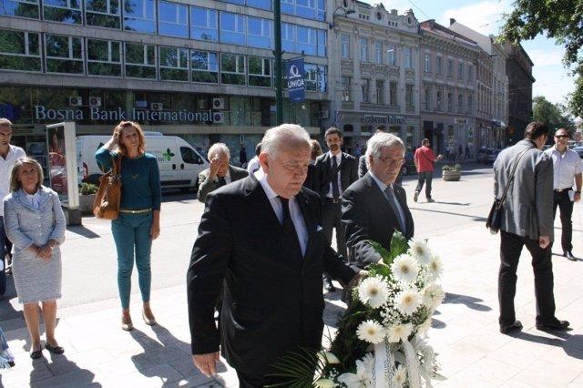 El alcalde de Sarajevo y el de Barcelona en ofrenda floral a los niños muertos