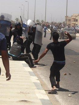 Policía Y Manifestantes Chocan Tras Conocerse La Sentencia De Mubarak.