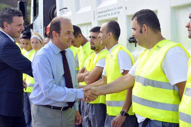 El Alcalde saluda al grupo de trabajadores encargado del proyecto