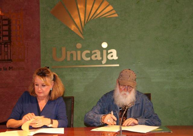 Los representantes de Unicaja y Aplama, en la firma del convenio
