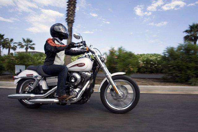 Motorista Con Una Harley-Davidson