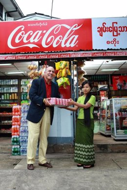 El Presidente De Coca-Cola, Entregando Una Partida En Una Tienda De Myanmar
