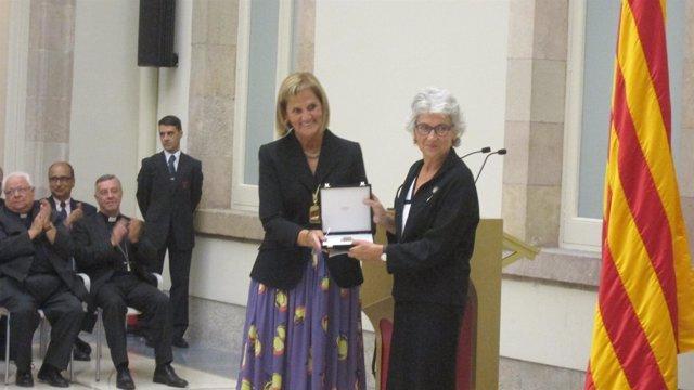 Núria De Gispert Entrega La Medalla De Honor Del Parlament A Òmnium Cultural