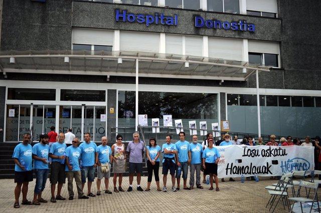Concentración en apoyo a Bolinaga a la entrada del Hospital Donostia
