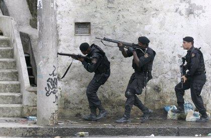 Cientos de policías militares asaltan la favela de Chatuba, en Río de Janeiro