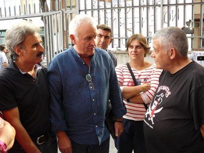 Cayo Lara visita al jubilado en huelga de hambre por cierre de Urgencias en Leganés