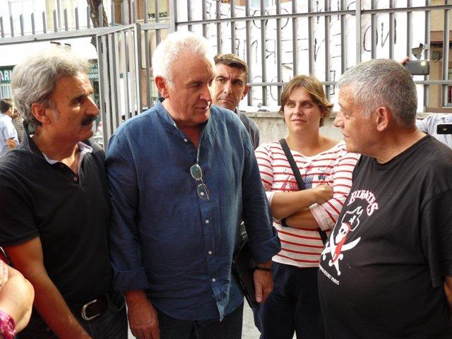 Cayo Lara, Junto Al Hombre En Huelga De Hambre (Primero Por La Derecho)