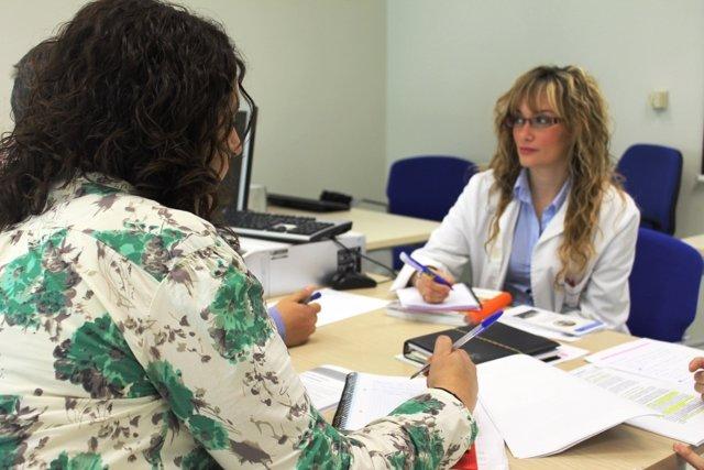 Una Trabajadora Social Atiende A Una Paciente en una imagen de archivo.
