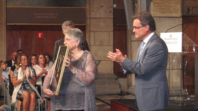 El Pte. A.Mas Entrega La Medalla De Oro De La Generalitat Al Difunto H.Barrera