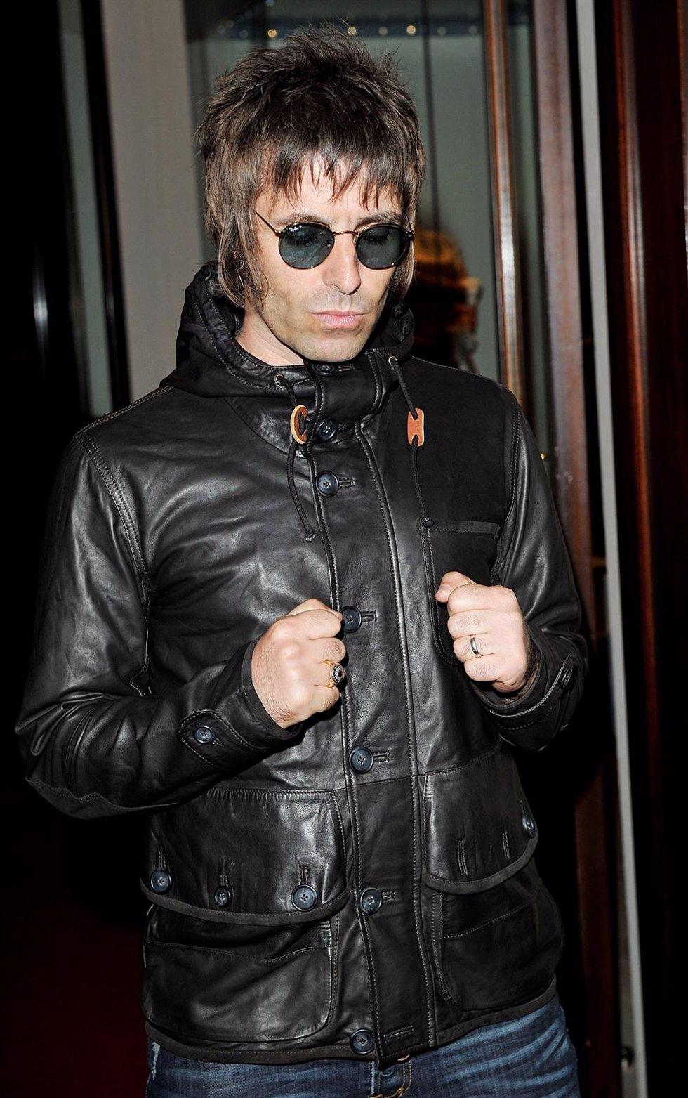 Liam Gallagher con chaqueta negra de cuero y gafas redondas de sol