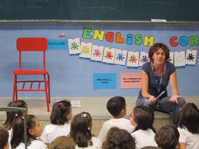 Entreculturas coloca sillas rojas para mostra que hay niños que no van a clase