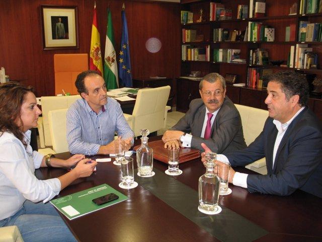 Vicente Serrano, presidente de OPC España, y el consejero de Turismo de la Junta
