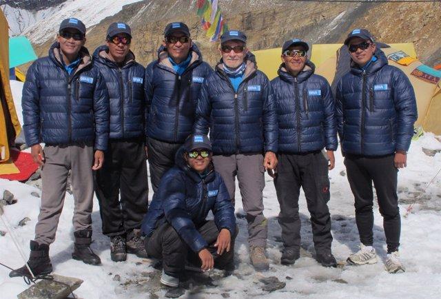 Carlos Soria, rodeado de los sherpas