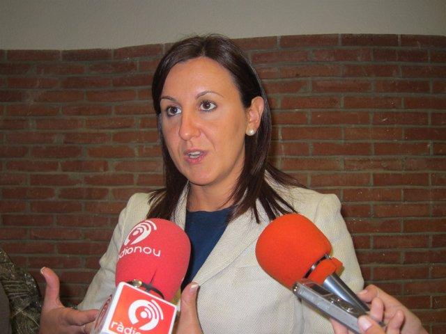 María José Catalá atendiendo a los medios de comunicación