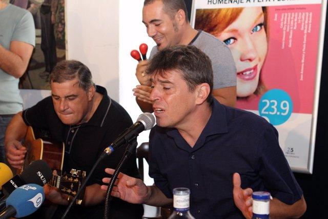 Ojeda interpreta uno de los temas de Marisol durante la presentación