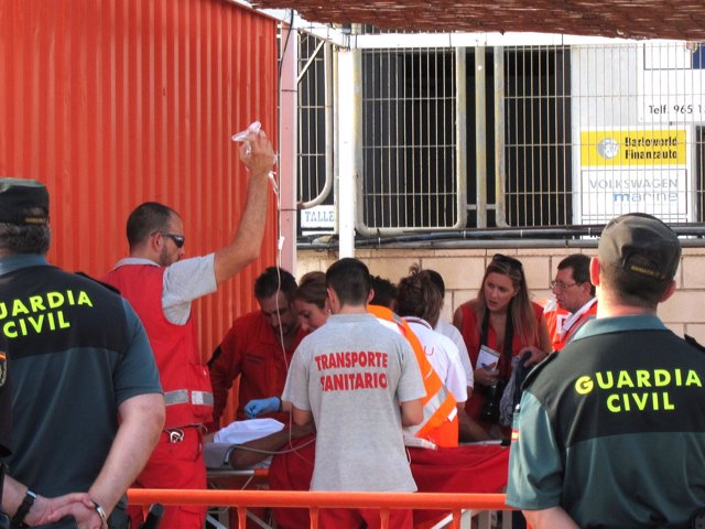 Efectivos sanitarios atienden en Alicante a uno de los inmigrantes rescatados