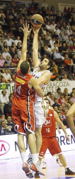 Pablo Aguilar Y Felipe Reyes ,CAI Zaragoza - Real Madrid (Baloncesto)