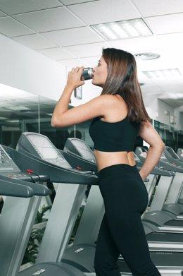 Mujer, bebiendo, bebida, ejercicio, deporte