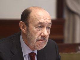 """Rubalcaba cree que """"España cada día se le va más de las manos"""" al Gobierno"""