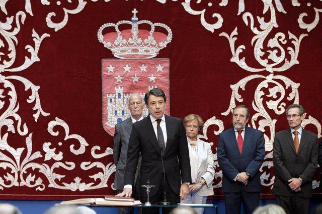 González tomando posesión como presidente de la Comunidad