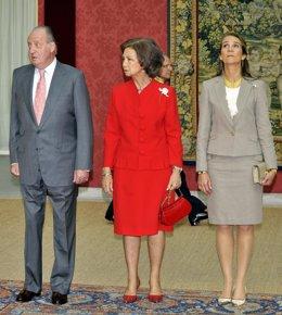 El Rey Juan Carlos, la Reina Sofía y la Infanta Elena en el patronato del Instit