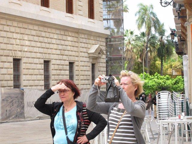 Dos turistas en Málaga capital turismo viajeros