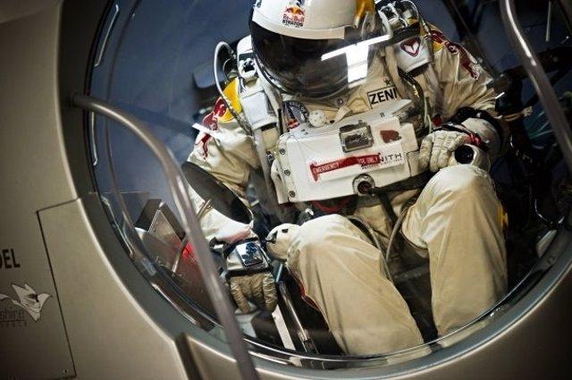 Primer salto caída libre de una persona desde el espacio