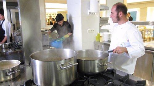 El Chef Javier Felipe, Cocinando Un Menú Aplicado A La Dieta De La Zona