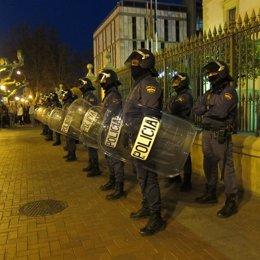 Agentes Antidisturbios Ante El Palacio De Gobierno De La Rioja