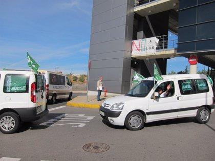 """CLeón.- El personal sanitario de León se concentra a las puertas del Hospital por unos recortes """"bestiales"""""""