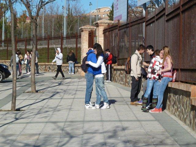 Imagen de archivo de adolescentes a la salida del instituto