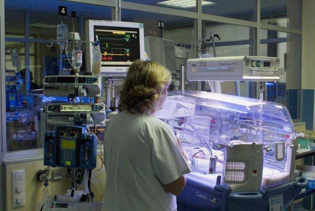 Una Enfermera Atiende A Un Bebé En Una Incubadora