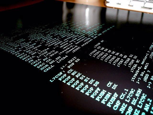 Representación de un virus en un ordenador