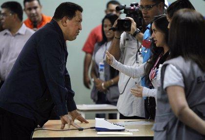 Chávez y Capriles votan y esperan a conocer los resultados oficiales